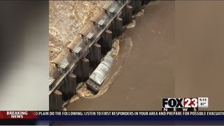 Muskogee flooding; Broken barges reach dam in Webbers Falls